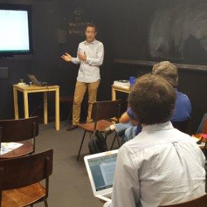 Borja Torres (NBT) impartendo el taller sobre Data Science peq