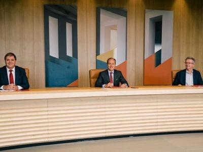 Juan Manuel Serrano, presidente de Correos_ Rami Aboukhair, consejero delegado de Santander España_ y Julio González, secretario general de Correos